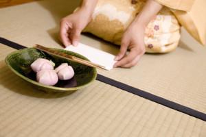 季節を楽しむお菓子は、頂く前にその形や色合いを目で楽しみましょう。
