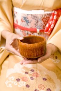 お茶碗には正面があり、美しい柄や模様があることも多いです。口を付ける場所には正面を避けるため、お茶碗を回して頂きます。