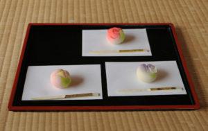 四月の上生菓子三種、上から時計回りに薔薇、藤、牡丹。 毎月、季節に合わせたお菓子が一種出てきます。
