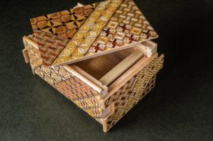 秘密箱のような寄木細工